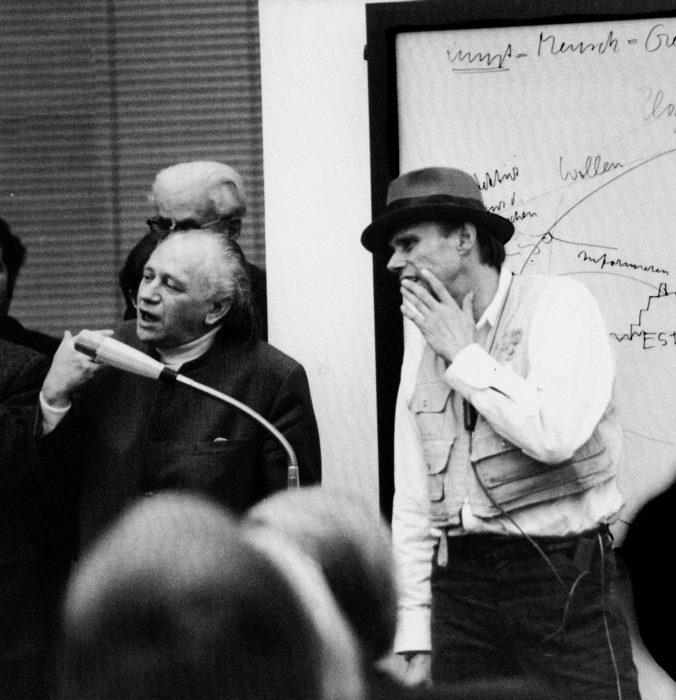 """Joseph Beuys und Paul Wember während des Vortrags """"Kunst = Mensch"""", Kaiser Wilhelm Museum Krefeld, 15. Dezember 1971, Foto: Theo Windges, Krefeld, © VG Bild-Kunst, Bonn 2020"""